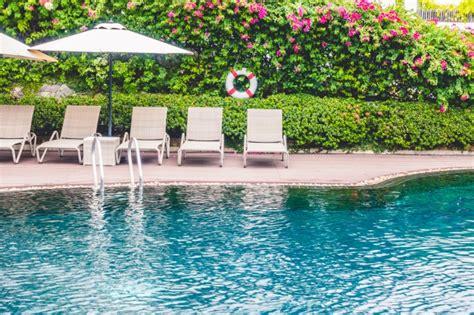 hamacas de piscina piscina con hamacas detras descargar fotos gratis