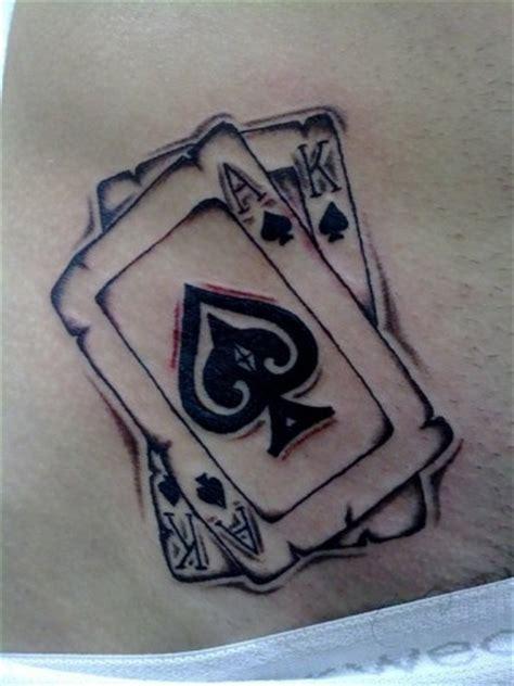Cartas en blanco y negro tatuadas