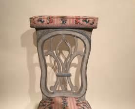 chaise voyeuse 224 genoux en bois de h 234 tre laqu 233 gris