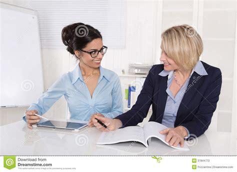 travail au bureau deux femmes d affaires travaillant ensemble au bureau au