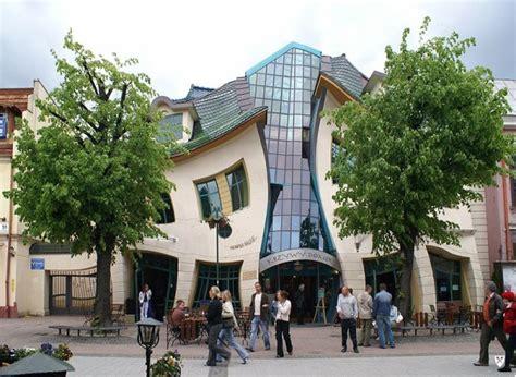 Fem Arquitectura #3: Krzywy-Domek.jpg