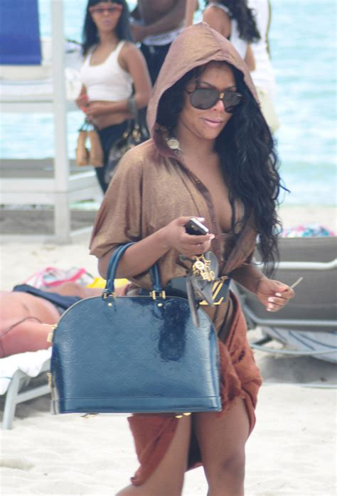 Cattralls Chanel Purse by Check Out What Your Favorite Carry To The