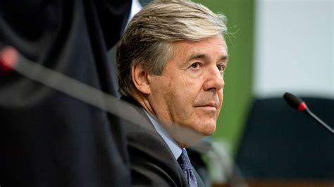 deutsche bank prozess aufregung im deutsche bank prozess ordner setzen mann vor