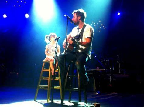 dierks bentley daughter dierks bentley singing with his daughter country
