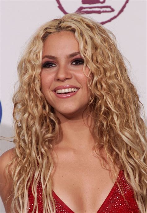 is shakiras hair naturally curly celebrities with naturally curly hair photos