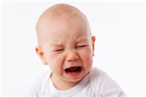 baby weint im schlaf baby weint beim z 228 hneputzen was hilft