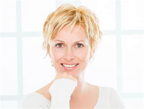 Kurze Haare Stylen by Kurze Haare Richtig Stylen Mit Kurzen Haaren Liegen Sie
