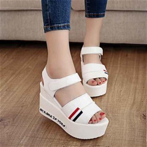 T Sepatu Sendal Wedges Wanita Putih Kerja Kantor Pesta Santai Jalan sepatu sandal wedges unik modern model terbaru masa kini