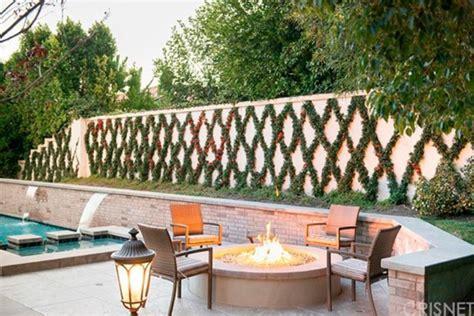 kris jenner backyard a casa do rob kardashian em calabasas fashionismo
