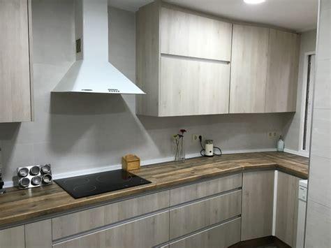 encimera efecto madera cocina con encimera imitaci 243 n madera y puerta blanca veteada