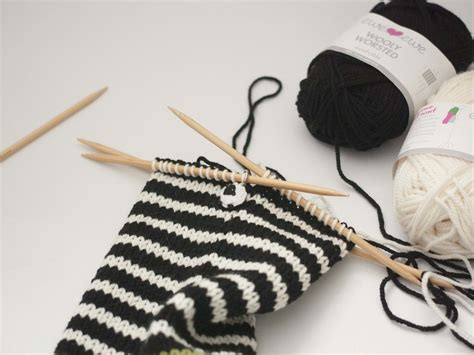 carrying colors in knitting part 2 stripes and carrying colors up in knitting ewe