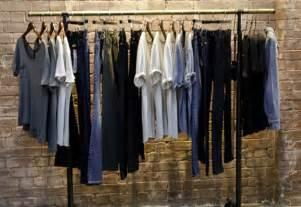 garderobe minimalistisch 10 minimalist wardrobe essentials every needs