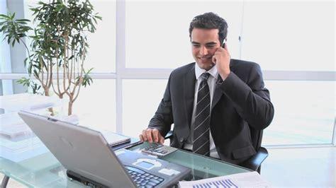 travail au bureau homme d affaires travailler hd stock 628 721 047