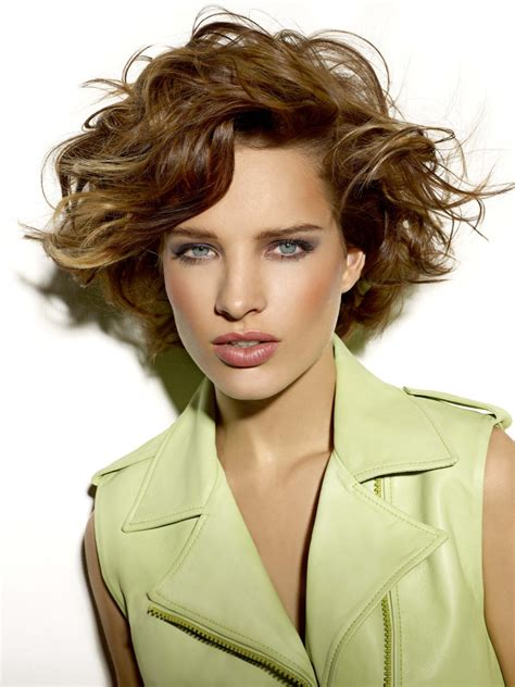 short layered hairstyle  larges waves short neck