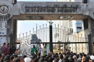 Protesters block government offices source al jazeera