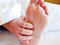 itching in bed itchy skin at night causes conditions and relief