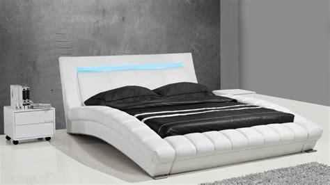 lits design en cuir joe un lit moderne en cuir au
