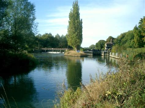 thames path sections the thames path upper section nearwater walking holidays