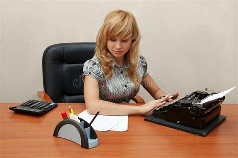 ufficio sta ufficio la segretaria sta digitando fotografia stock