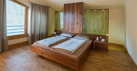schlafzimmer tischle wohnzimmer in hellgrau und dunkelgrau streichen