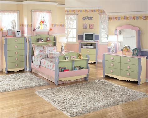 sweet ashley furniture homestore bedroom    girl     excited