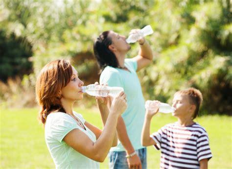 imagenes niños bebiendo agua padres ni 241 o bebiendo limpio agua descargar fotos gratis