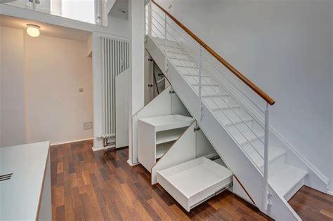 wandschrank unter treppe die 25 besten ideen zu stauraum unter der treppe auf