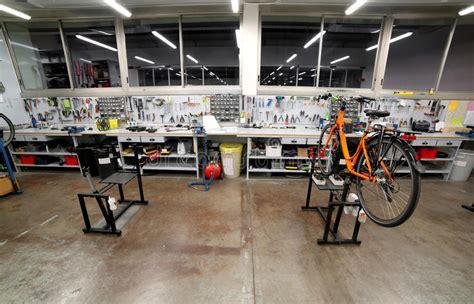 banco da meccanico il banco da lavoro con molti strumenti dentro un officina
