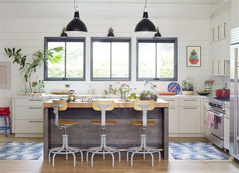 Superbe Tapis De Cuisine Design #1: cuisine-equipee-blanche-design-mur-lambris-bois-blanc-sol-parquet-tapis-berberes-tabouret-industriel-bois-metal-luminaires-metal-brosse.jpg