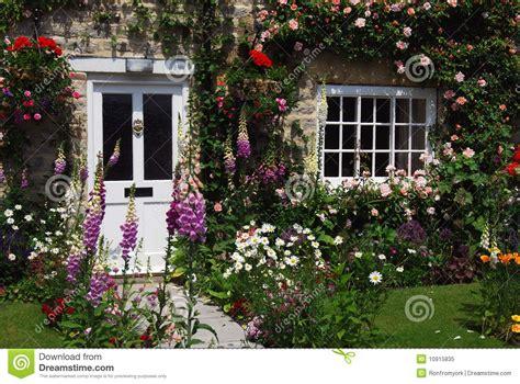 Cottage Garden Paths - jardin anglais de maison image stock image du fleurs 10915835