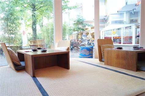 tatami matten auf japanischen tatami matten sitzen und nach draussen