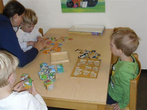 tisch zum puzzeln kindergarten