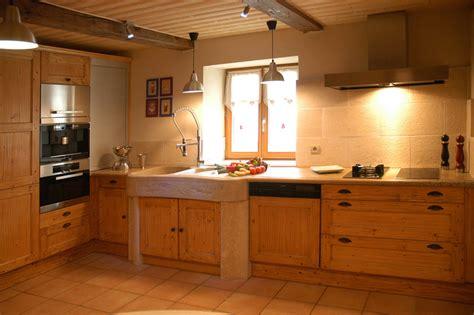 photo cuisine en bois cuisines rustique tradition teinte bois cuisines laurent