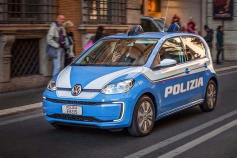 volkswagen   consegnate alla polizia italiana auto elettriche