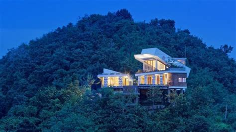 This House Is Built On Hillside House With A Shipping Container On Top Digsdigs