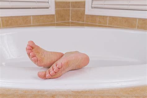 why does skin wrinkle in the bathtub why does your skin get wrinkly in water wonderopolis