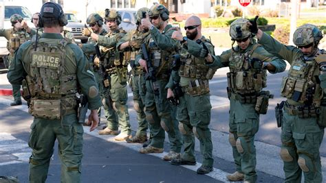 Us Marshals Office by Fully Armed Us Marshals Detain 1 500 Student Loan