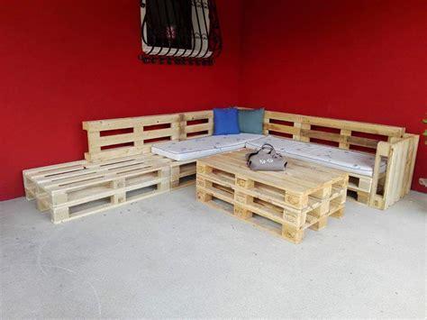 cuscini leroy merlin salotto da giardino con pallet e cuscini colorati