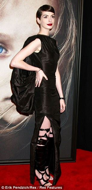 anne hathaway devastated after revealing wardrobe anne hathaway wardrobe malfunction les miserables star on