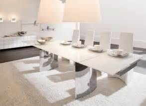 Incroyable Table Plus Chaises Salle Manger #1: table-%C3%A0-manger-extensible-couleur-blanche-forme-rectangulaires-chaises-lampes-plafond.jpeg