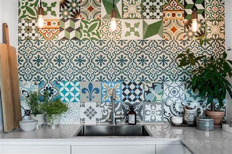piastrelle decorate per cucina 10 rivestimenti per la parete antischizzo della cucina