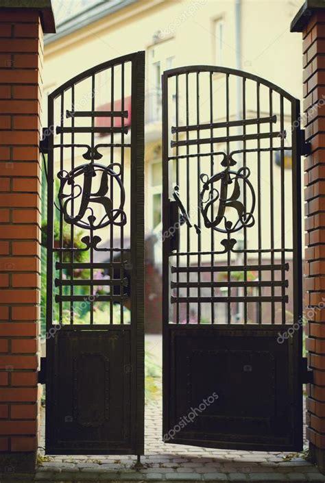 cancelli ingresso cancelli di ingresso in ferro battuto e mattoni neri