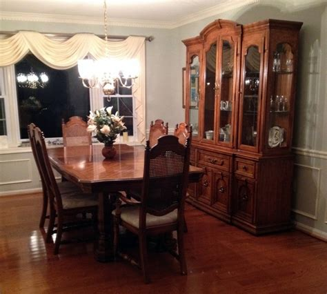 thomasville dining room table and 6 chairs w 2