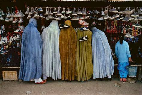 libro steve mccurry afghanistan fo steve mccurry explaining quot shoe store quot 1992