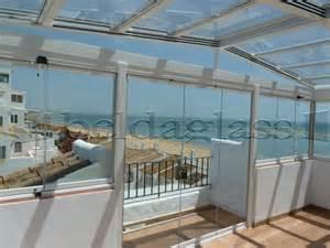 Best Outdoor Rooms - cerramiento de terraza compuesto por techo movil de cristal a dos aguas y cortinas de cristal