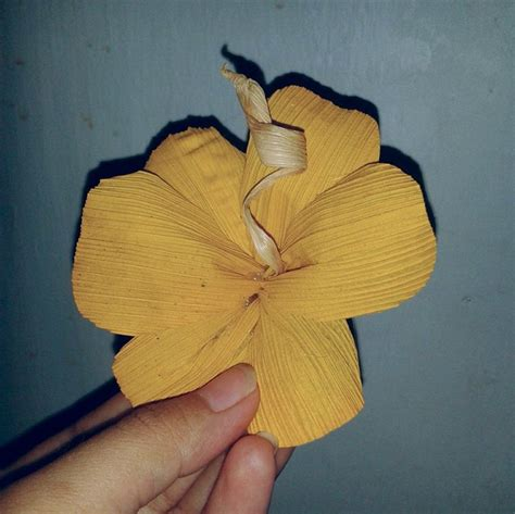 cara membuat bunga dengan kertas jagung cara membuat bunga dari kulit jagung
