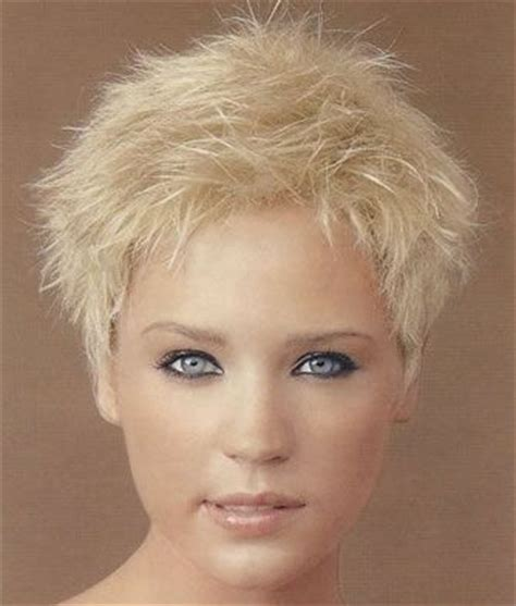exles of feathered hair short blonde spiky hairstyle has been slightly feathered
