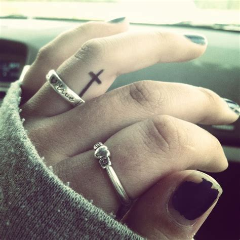 tattoo cross in finger cruz dedo girl tatuagens femininas escritas e