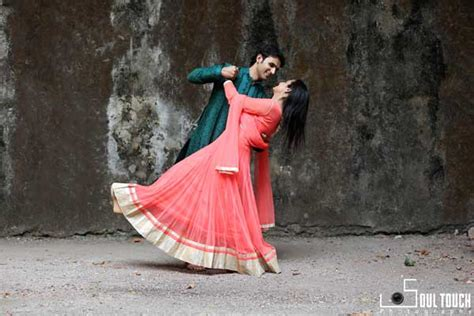 Wedding Photoshoot Poses by 7 Different Poses To Make Your Pre Wedding Photo Shoot