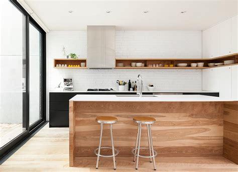 遊び心と実用性 キッチンの上部に造作された超横長のボックス棚 住宅デザイン